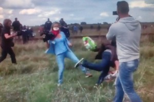 Reporter della TV ungherese-sgambetta i migranti in fuga