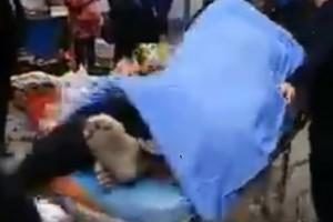 L'anziano muore fra le braccia della donna e rimangono 'incastrati'